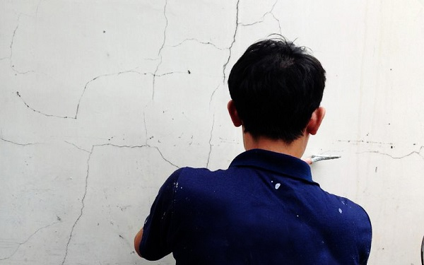 xử lý vết nứt tường nhỏ